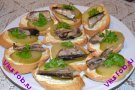 Бутерброды чесночные со шпротами