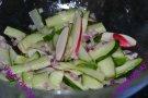 Салат из огурца и редиса с семенами фенхеля