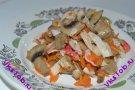 Теплый салат с жареными крабовыми палочками и шампиньонами