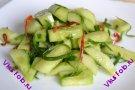 Острый салат из свежих огурцов и перца чили
