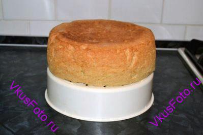 Испечь бисквит по рецепту. Выдержать его при комнатной температуре в течении 8 часов. Бисквит разрезать на три коржа.