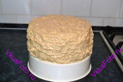 Смазать кремом верхнюю и боковую поверхности торта.