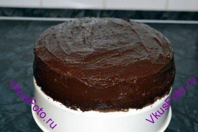 Накрыть верхним коржом и смазать оставшейся помадкой верхнюю и боковую поверхности торта.