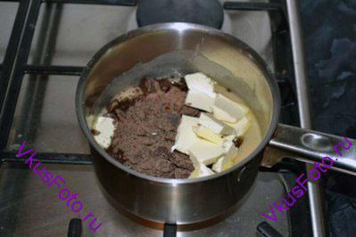 Снять помадку с огня, добавить масло, тертый шоколад, ванильный экстракт.
