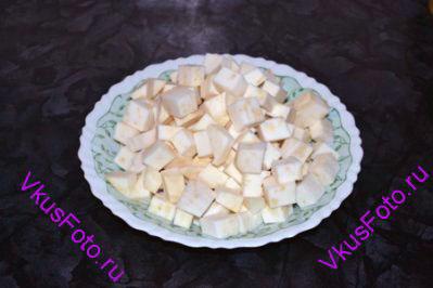 Сельдерей очистить от кожуры и нарезать кубиками примерно 1,5-2 см.