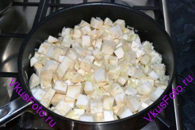 Сельдерей с луком обжарить в масле на сковороде в течении 5-7 минут.