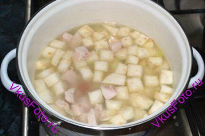 Бульон процедить, положить в него овощи и большую часть куриного мяса. Варить 30 минут.