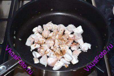 Оставшиеся кусочки курицы посыпать зирой и обжарить на сковороде в течении 2-х минут.