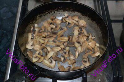 Обжарить на сковороде пока не выпарится выделившаяся жидкость.