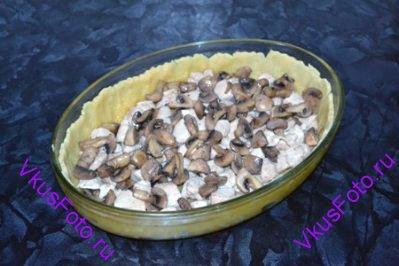На тесто выложить курицу и грибы.