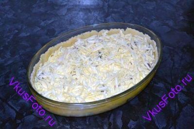 Залить яично-молочной смесью и посыпать оставшимся сыром.