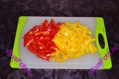 Перец очистить от семян и перегородок, нарезать.