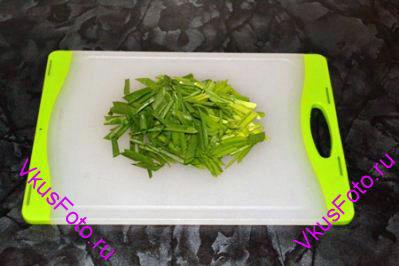 Зеленый лук нарезать перьями длиной 2 см.