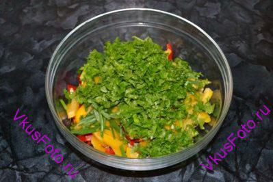 Желудки, перцы и зелень выложить горкой.