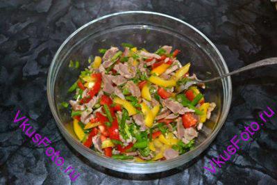 Оливковое масло раскалить и вылить в салат поверх чеснока и имбиря. Перемешать.