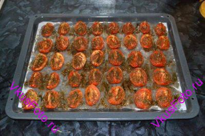 Подсушивать в духовке при температуре 120 градусов в течении 3-4-х часов, пока томаты не подсохнут и не приобретут темный цвет.