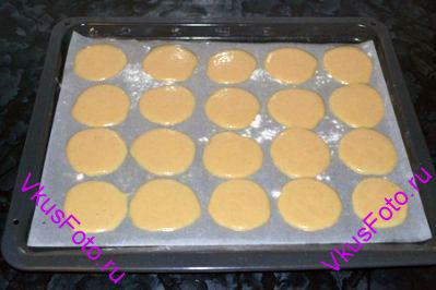 На противень постелить пергамент, смазать маслом и присыпать мукой. Из кондитерского мешка отсадить печенья диаметром 5-6 см на большом расстоянии друг от друга, т.к. тесто во время выпечки растекается и увеличивается в объеме. Выпекать 10 минут при температуре 180 градусов, затем убавить температуру до 150 градусов и выпекать еще 10-15 минут, пока печенья не станут золотистыми.