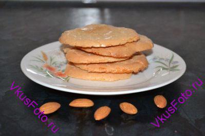 Готовое печенье остудить и снять с пергамента.