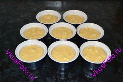 8 формочек (175 мл) смазать маслом и наполнить тестом на ¾ высоты.