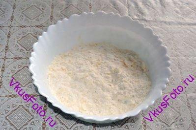 Добавить муку, тархун, соль и перец. Растереть до состояния крошки.