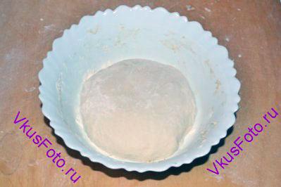 Из теста сформировать шар. Переложить его в миску.