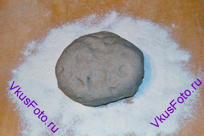 Очень часто при выпечке хлеба, из теста нужно сформировать шар. Для этого нужно выложить тесто на доску присыпанную мукой.