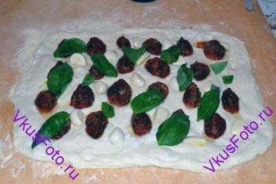 Разложить листья базилика.
