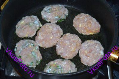 Разогреть немного масла на сковороде.  Аккуратно разложить котлеты и жарить 7-10 минут до золотистой корочки.