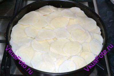 Повторить слои еще раз. Сверху выложить оставшийся картофель. Сбрызнуть маслом.