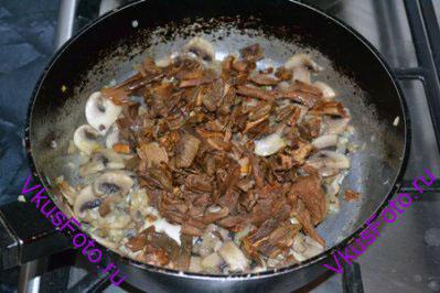 Добавить  белые грибы к шампиньонам с луком и обжаривать в течении 10 минут.