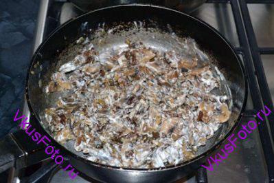 Добавить сметану к грибам. Приправить солью и перцем.
