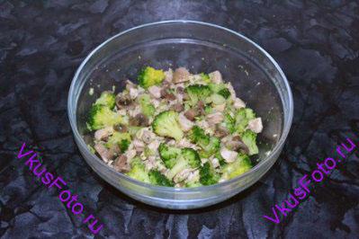 Курицу, грибы и брокколи перемешать в миске.