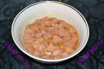 Положить кусочки курицы в маринад и оставить на 1 час, периодически перемешивать.