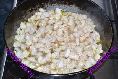 Курицу вместе с маринадом тушить на огне до готовности, примерно 15-20 минут.