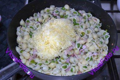 Добавить макароны, перемешать и все прогреть. Добавить натертый на терке сыр.