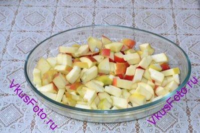 У яблок удалить сердцевину и нарезать на кусочки. Положить в жаропрочную форму.
