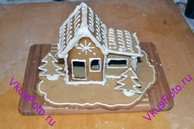 Собрать домик полностью, украсить крышу. Можно «посадить» елочки.