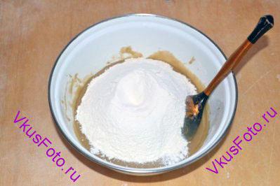 Всыпать оставшуюся пшеничную муку, ржаную муку и соду.