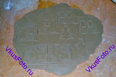 Тесто раскатать на доске присыпанной мукой толщиной 0,5-0,7 см. Вырезать детали домика.