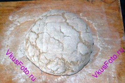 Когда хлеб увеличится в 2 раза, сделать на поверхности надрез.