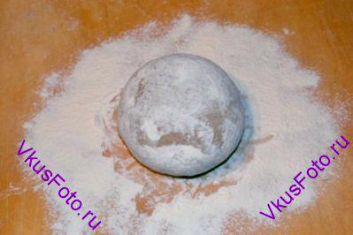 Сформировать шар <a href= http://www.vkusfoto.ru/raznoe/kak_sformirovat_shar_iz_testa/116.html>посмотреть как сделать</a>.