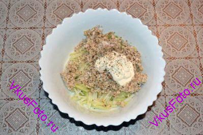 В редьку добавить сельдерей с орехами, сметану. Приправить солью и перцем.