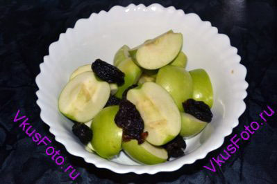 Яблоки порезать на 4 части и очистить от семян. Чернослив промыть и вынуть косточки.