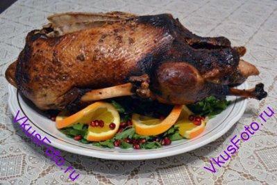 Поместить гуся в рукав для выпекания и запекать в духовке 2 часа при температуре 200 градусов.