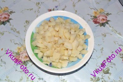 Картофель нарезать кубиками.