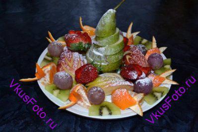 Посыпать фрукты сахарной пудрой.