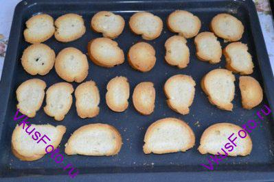 Подсушить хлеб в духовке при температуре 190 градусов в течении 15 минут до золотистого цвета, следить чтобы хлеб не подгорел.