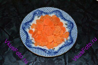 Морковь нарезать кружочками.