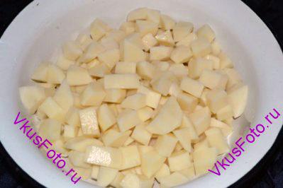 Картошку нарезать брусочками.