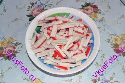 <i>Очень простой в исполнении салат. Попробовав сделать его один раз, он останется фаворитом вашего стола на долгие годы.</i> <br/><br/> Крабовые палочки нарезать соломкой.